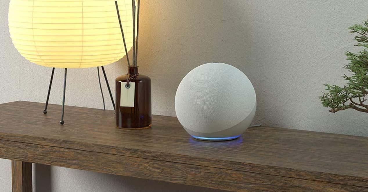 Echo de Amazon en una mesa