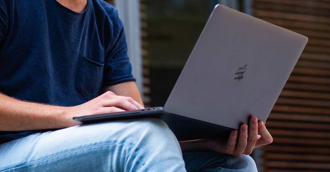 Chico utilizando un portátil MacBook