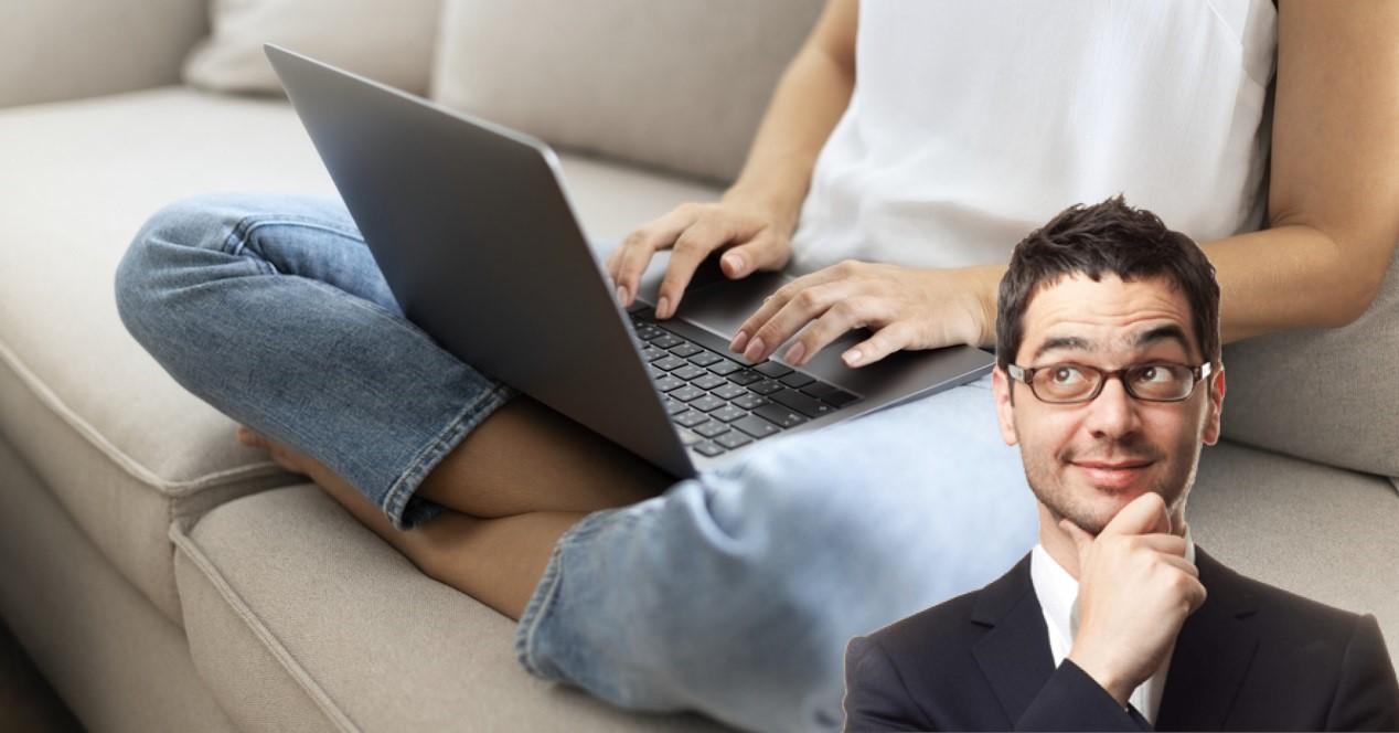 portatil en el sofa