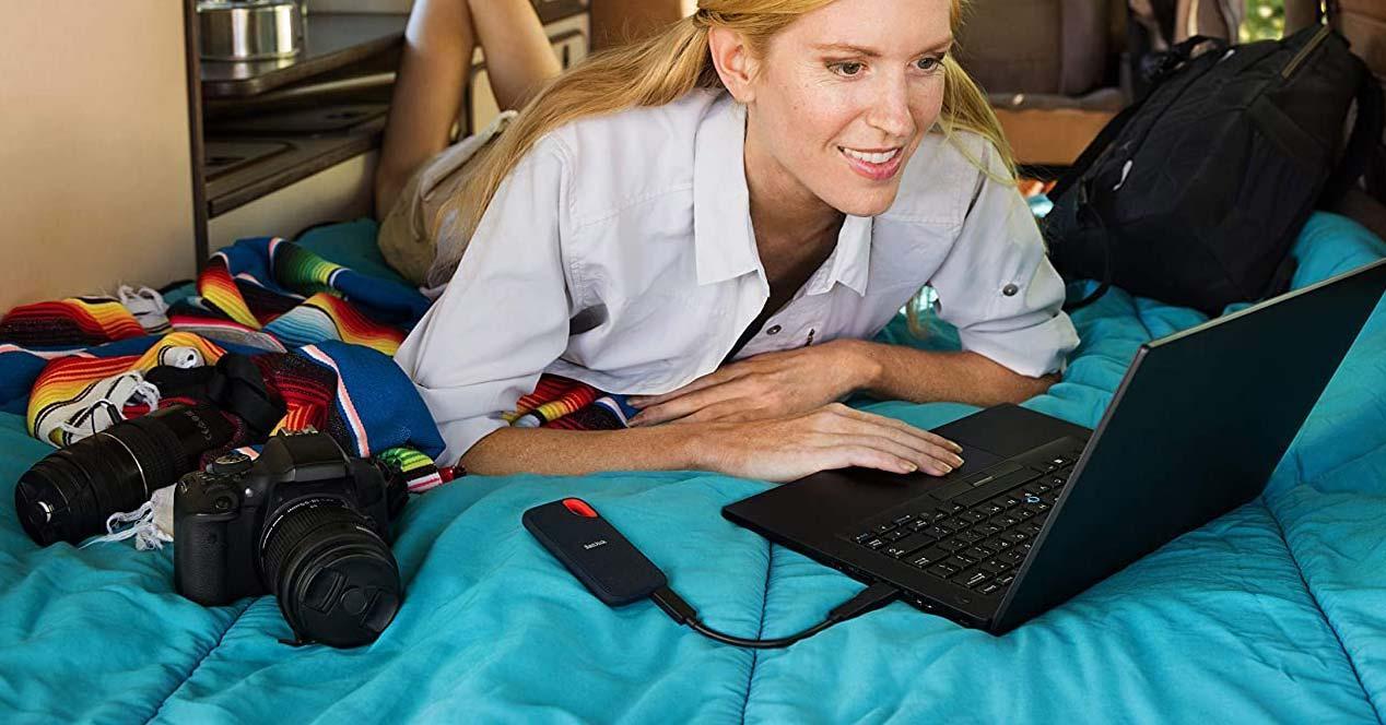Chica utilizando un disco SSD Sandisk