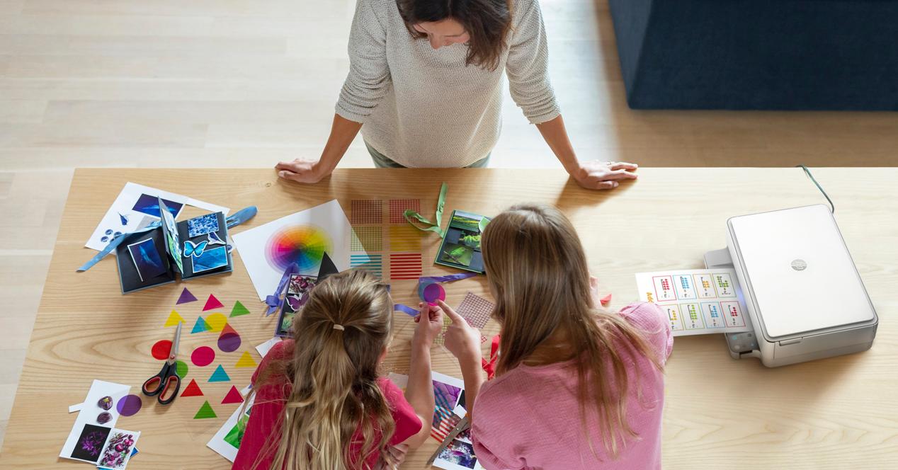 Mujer jugando con sus hijas