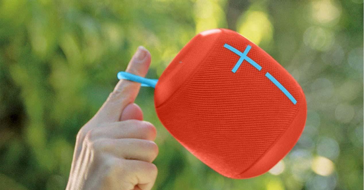 Ultimate Ears Wonderboom de color rojo con fondo